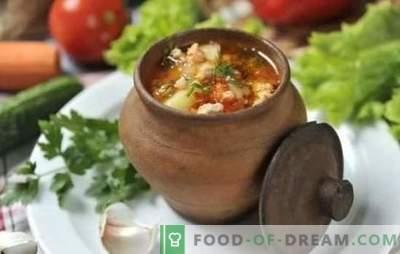 King ros soppa med benkött, fläskkött, lamm och fjäderfä. Secrets of royal soppa i grytan och krukorna