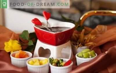 Chokladfondue är den mest romantiska godis! Matlagning läckra vit och mörk chokladfondue för roligt