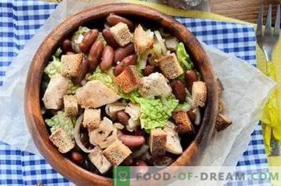 Salate mit Hähnchen und Bohnen